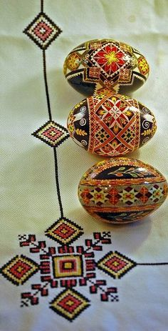 What a beautiful combination of pysanka and embroidery !( by Maggie Tarris Bauer) , Ukraine, from Iryna Ukrainian Easter Eggs, Ukrainian Art, Ukrainian Recipes, Egg Crafts, Arts And Crafts, Polish Easter, Carved Eggs, Egg Designs, Easter Traditions