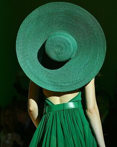Sunny destinations call out for oversized multicolored hats Mean Green, Go Green, Green Colors, Style Vert, Foto Art, Green Fashion, Kelly Green, Shades Of Green, Emerald Green