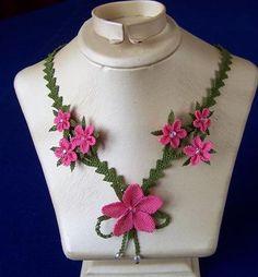 Pembe-çiçekli-fiyonk-bağcıklı-bayan-iğne-oyası-takı-modeli