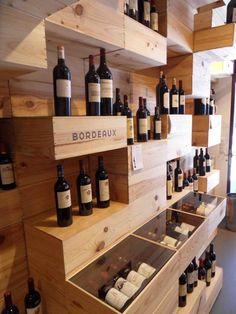 Die Vinothek ist uns in einem Designforum aufgefallen . Die Weine sind nicht Regalen, sondern in Holzkisten. Besser gesagt, die Regale bestehen aus Weinholzkisten, unregelmäßig angeordnet. So wirkt der Laden wir ein Designmöbelgeschäft, wo sich ein paar Weinflaschen hin verirrt haben. Definitiv sehr gelungen. Aus einem Vinomat wurden uns erst einmal einige Kostproben ins Glas. Erfrischt mit gutem Wein und neuen Impressionen konnte es weitergehen. Winerds On The Road: Wien - Zürich - Wien