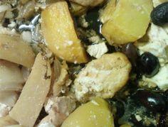 Huhn in Marinade einige Stunden einlegen, danach salzen, pfeffern und auf ein Blech legen. Zwiebel und Kartoffeln schälen , durch die Marinade