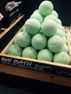 ♡AVOBOMB!!! love this bath bomb. Smells so good and make your bath look like green slime. Would totally recommend it!♡