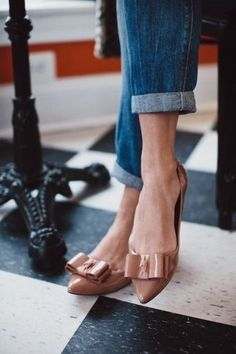Bow nude pointed flats. Rolled up jeans. Fashion trend. To copy.