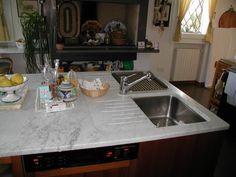 Top cucina ad isola in bianco carrara con doppio lavello inox / realizzazione BlancoMarmo.it / Cucina realizzata da Oggetti.it / design by LauroGhedini.com