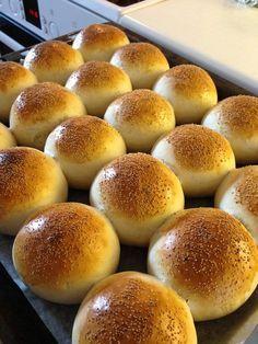 Snabba frallor20 st75 g jäst (1,5 pkt)50 g smör5 dl vatten1/2 msk salt1 msk socker12 dl vetemjöl special ( jag tog vanligt vetemjöl)Smula jästen i en degbunke. Smält smöret, häll i vattnet och värm tills det är 37 grader. Häll degvätskan över jästen och rör om tills den har... Cooking Bread, Bread Baking, Donut Recipes, Baking Recipes, Cocktail Desserts, Scandinavian Food, Bagels, Swedish Recipes, Dessert For Dinner