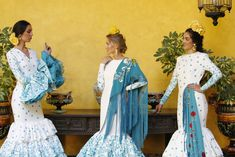 Trajes de flamenca: Johanna Calderón.Complementos y flores: Blanco Azahar. Kimono Top, Sari, Tops, Women, Fashion, Orange Blossom, Flamenco Dresses, White People, Flowers