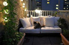 bequeme balkon designs ideen rattan lichterkette katze weiß
