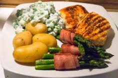 """Kalkunbøffer med baconsvøbte asparges og cremede ærter Virkelig lækker """"nipse"""" aftensmad. Jeg kender ingen der ikke vil kunne lide dette...."""