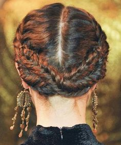 Frida Kahlo braids. I want to do this to my hair!