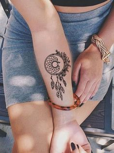 Small Dreamcatcher Forearm Tattoo Ideas for Women - Black Henna Tribal Boho Feather Arm Tat - Pequeño brazo de plumas Ideas de tatuaje para mujeres - www.MyBodiArt.com #tattoos