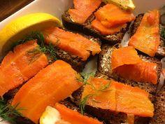 """Porkkala *** Kylmäsavuporkkana maistuu vegaaneillekin. *** Etenkin kasvissyöjien keskuudessa joulun jättihitti on porkkanasta valmistettu """"kylmäsavulohi"""". #resepti ."""