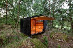 Entre los bosques de la región checa de Bohemia encontramos esta cabaña diseñada por el estudio Uhlik. Con tan sólo 16m2 constituye un buen ejemplo de microarquitectura pensada para entrar en contacto con la naturaleza.  http://goo.gl/HbNq6y