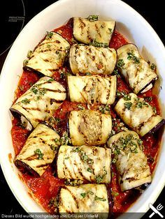 Auberginenröllchen mit Mozzarella und Tomatensauce Eggplant rolls with mozzarella and tomato sauce Salmon Recipes, Veggie Recipes, Lunch Recipes, Vegetarian Recipes, Healthy Recipes, Grilling Recipes, Cooking Recipes, Eggplant Rolls, Eggplant Zucchini