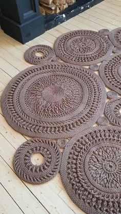 Crochet Doily Rug, Crochet Rug Patterns, Crochet Carpet, Crochet Circle Pattern, Knitted Rug, Crochet Circles, Crochet Stitches, Rope Rug, Rag Rug Tutorial