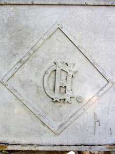 Cacería Tipográfica N° 382: La letra CH. dentro de un rombo en una de las puertas de metal de una casona frente al parque Mayta Cápac en Miraflores, Arequipa. Junto a la imagen de ayer se lee A.CH.