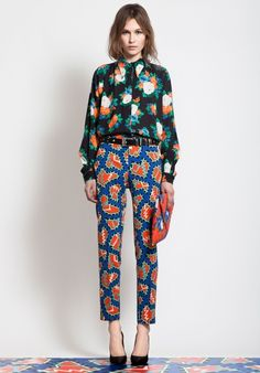 MSGM Pre-Fall 2012 - I love the pattern mixing going on here (and matching your pants to the floor should be a requirement! I feel like these 2 patterns together could be really crazy but somehow really works. Fashion Week, Look Fashion, High Fashion, Womens Fashion, Fashion Design, Fashion Models, Fashion Shoes, Fashion Tips, Muster Mix Outfits