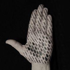 有機的な幾何学模様。点描技法で描かれた美しいタトゥーデザイン