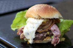 Briossisämpylä – hampurilaisen perusta | Herkkukasari Hamburger, Beef, Baking, Ethnic Recipes, Breads, Food, Meat, Bread Rolls, Bakken
