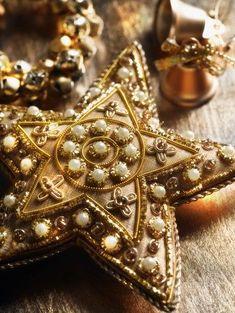 A Gold Christmas Gold Christmas, Christmas Colors, Vintage Christmas, Christmas Holidays, Christmas Crafts, Christmas Decorations, Christmas Ornaments, Elegant Christmas, Christmas Star
