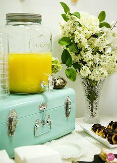 Dispensador de cristal con zumo de naranja para la decoración de una mesa de catering