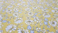 Tela de algodón floreada con fondo amarillo mostaza. Patchwork Textiles, Color Azul, Floral, Rugs, Decor, Scrappy Quilts, White Flowers, Fabric Flowers, Yellow Background