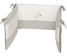 """Die Nestchen der Be Be's Collection bieten Gemütlichkeit und Rundum-Schutz für Euer Liebstes. Der Schlaf des Babys kann sich durch ein Baby-Nestchen verbessern, erinnert es doch ein wenig an die Gemütlichkeit des Mutterleibes. Bitte beachtet unbedingt auf eine sehr gute Luftzirkulation in Eurem Baby- Kinderbettchen. Wichtig ist auch, dass das Nestchen sehr gut befestigt wird, da ansonsten die Gefahr bestehen kann, das Euer Baby in der Bindung """"hängen"""" bleibt."""
