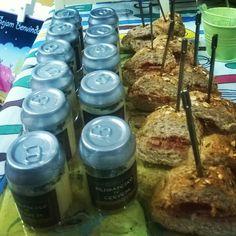 Buffet degustação: mini sanduiche de salame com tomate seco e brigadeiro de cerveja #marianacyrnefesteira #buffetdefesta #partyideas #festaboteco #minisanduiche #brigadeirodecerveja #brigadeirogourmet