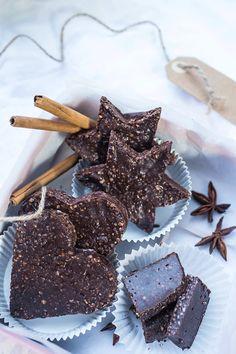"""Raaka suklaapiparkakut Raakasuklaapiparkakut (noin kahden 200 gramman suklaalevyn verran)  """"Piparkakkutaikina"""":  1,5 dl Manteleita  3 Taatelia  1-2 tl Piparkakkumaustetta  Ripaus laatusuolaa  Suklaa:  1 dl Kaakaovoita (sulana)  3 rkl Kylmäpuristettua kookosöljyä  1 rkl Kotimaista luomu hunajaa  3 rkl (kukkurallista) Raakakaakaojauhetta  + Halutessasi: 2 rkl riisinlesejauhetta eli tocotrienolsia (antaa hieman maitosuklaamaista makua) blendaa pakasta, paloittele ja nauti"""