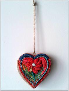 Corazón flor chico. https://www.facebook.com/lanegraeltrabajomanualalegraelalma/photos/pb.554023347968111.-2207520000.1404178910./697670200270091/?type=3&theater