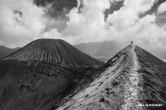 At the top of Bromo Volcano, Indonesia. ANIA W PODRÓŻY travel blog and photography