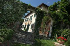 Villa Azalea  Florence City  http://www.traveltuscany.net/florence-villa/1712/  Total Bedrooms :5  N Double rooms :3  N Twin rooms :2  Sofa Beds :1  Extra Beds :1  Total Bathrooms :5  Bathrooms with Shower :2  Bathrooms with Tub :1  WC only : 2  Sleeps : 11