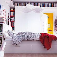 petits espaces - gain de place - catalogue IKEA 2012 : le lit Brimnes est vraiment bien conçu: Des rangements en dessous, des rangements dans la tête de lit...