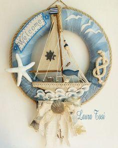 Veliero nei toni azzurro e corda by Laura Tosi www.facebook.com/fattoconamorelaura #artesanato #creativas #wreath #sea #corda #ecru #welcome #creativemamy #estate Diy Spring Wreath, Diy Wreath, Wreaths, Seashell Crafts, Beach Crafts, Crafts To Sell, Diy And Crafts, Seashore Decor, Shell Wreath