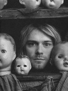 Kurt Cobain zwischen Puppenköpfen