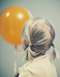 I love all in this pic... the hair of the little girl, the orange baloon... such a nice focus and blue light!