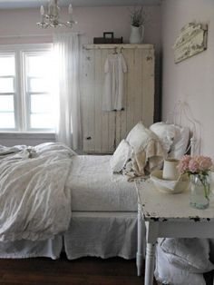 Beautiful Blue Shabby Chic Bedroom Ideas – Shabby Chic Home Interiors Shabby Chic Mode, Shabby Chic Cottage, Vintage Shabby Chic, Vintage Decor, Cottage Style, Farmhouse Style Bedrooms, Farmhouse Chic, Country Bedrooms, Cottage Bedrooms