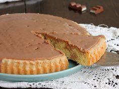 La torta Kinder cioccolato è una crostata furba con base morbida ricoperta di golosa glassa al cioccolato Kinder. Un dolce veloce pronto in meno di un'ora.
