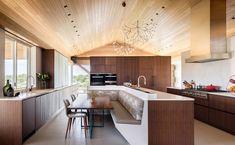 Casa rural privada - un diseño de Duet Design Group en Colorado Luxury Kitchens, Cool Kitchens, Patio Dining, Kitchen Dining, Kitchen Banquette, Dream Home Design, House Design, Vista House, Interior Desing