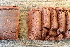 Ciasto z ciecierzycy, bez mąki, z bananem, migdałami i suszoną żurawiną. Dodać polewę z mleczka kokosowego, podgrzanego z kakao i cukrem