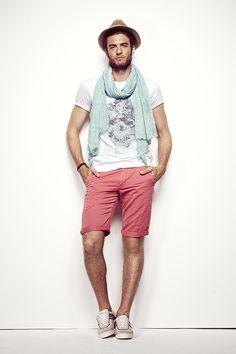 Look homme IKKS Eté : Tshirt blanch, bermuda rose, chapeau de paille @Marie Bilthouse  and @Endre Cseley