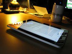 Muchas veces se discute sobre la competencia entre la lectura en papel y el uso de los medios digitales, frecuentemente para lamentarse del tiempo que dedican los niños a las pantallas en detriment…