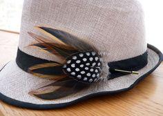 Broche, fibule, épingle, boutonnière avec plumes de coq et pintade - Chapeau, veste, costume, mariage de la boutique PAONCOMPAGNIE sur Etsy
