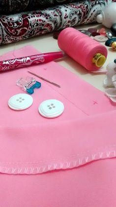 tutorial paso a paso cómo coser un botón de dos y cuatro orificios con máquina de coser doméstica o casera. How to sew button sewing machine