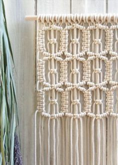 macrame wall hanging with ovals made from square knots Macrame Wall Hanging Patterns, Macrame Patterns, Macrame Chairs, Macrame Owl, Macrame Curtain, Micro Macramé, Macrame Design, Macrame Projects, Macrame Tutorial