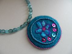 plstěný náhrdelník s broušenými korálky