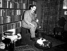 """""""Az ember szavakkal gondolkodik, és szavakkal cselekszik. A művelt ember gondolatokkal küzd, szavakkal csatázik. A leghatalmasabb fegyver a gondolat és a szó. A történelem: gondolatok csatái, s gyakran szavak győzelmei."""" Babits Mihály Hungary, Literature, History, Celebrities, Fictional Characters, Homeland, Poet, Icons, Writing"""