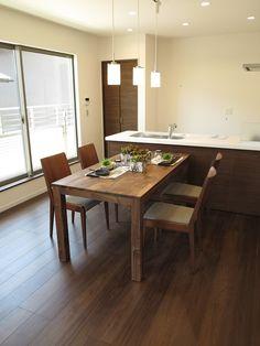 クリエモカ色のフローリングにウォールナット無垢材の家具でコーディネート   家具なび ~きっと家具から始まる家づくり~ 名古屋・インテリアショップBIGJOYが家具の視点から家づくりを提案