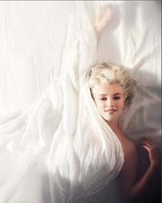 MARILYN MONROE - something so simple yet so effective. Love the engagement she has with the camera here.