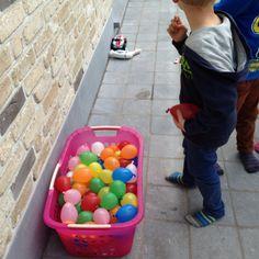 Gooi waterballonnen naar de slechterik