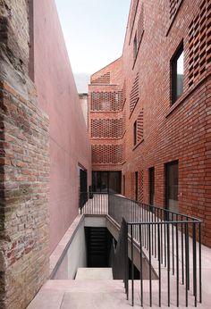 51n4e . De Lork . Brussels (2) baksteen claustra rood materialisatie borstwering spijltjes gevel